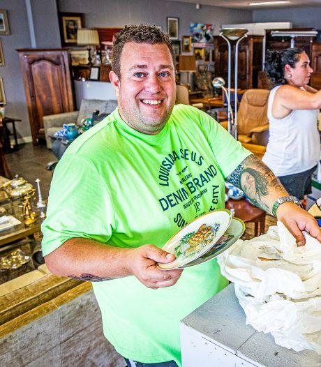 Vader en zoon met ontruimingsbedrijf verkopen meubels en snuisterijen in nieuwe kringloopwinkel