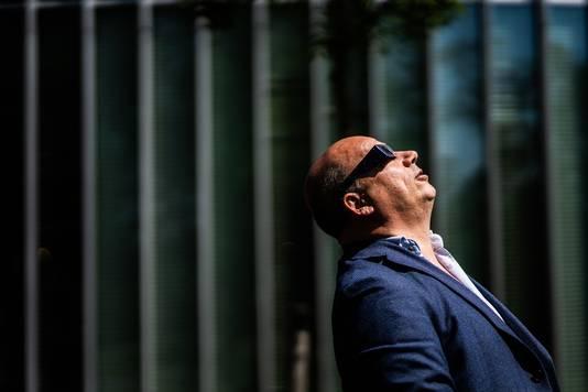 Manager Jan Vorrink van Tennet kijkt naar de zonsverduistering.
