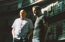 Student Troy Gazan (rechts) met oud-cipier Ton Mink in de oude koepelgevangenis in Breda.