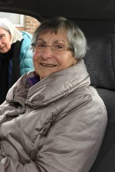 Giny (88) gaat met 'privéchauffeur' naar de prikpost: 'Nog drie maanden wachten, is te lang'