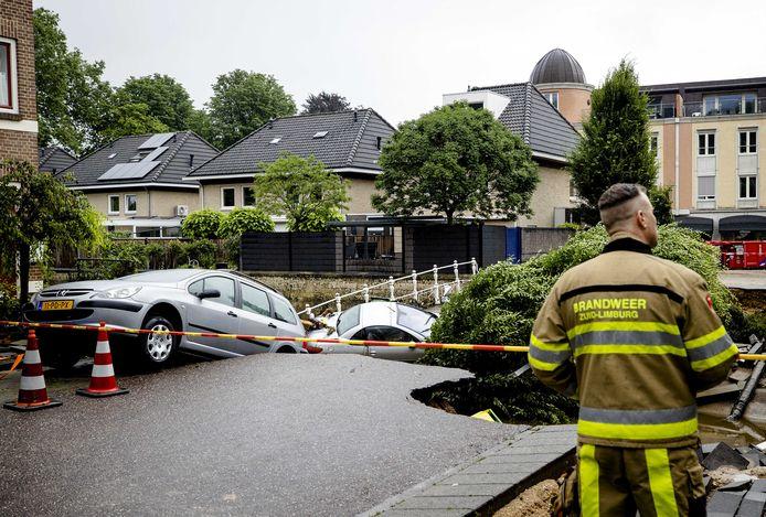 Ravage in Valkenburg, nadat een brug over de Geul is ingestort.