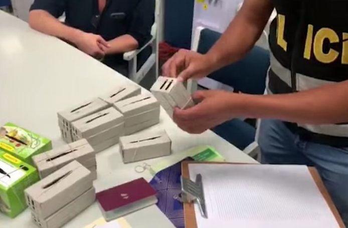 L'homme transportait les volatiles dans des boîtes en carton dans sa valise.