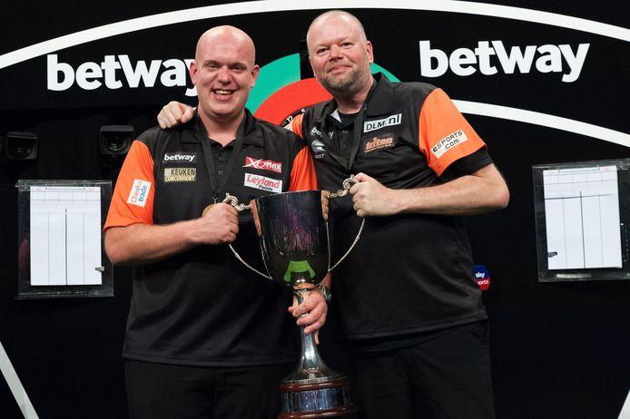 Michael van Gerwen (l) en Raymond van Barneveld vormden in het verleden een succesvol koppel.