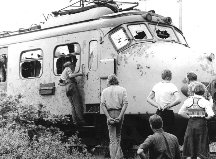 De doorzeefde kop van de gekaapte trein na afloop van de bevrijdingsactie.