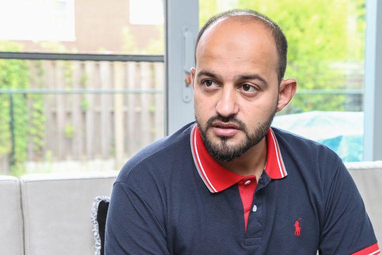 Hewad Shadab: 'We besloten geen bagage mee te nemen zodat de taliban niet dachten dat we naar het buitenland wilden. Mijn paspoort stak ik in de handtas van mijn vrouw. En belangrijk: we deden traditionele kledij aan.' Beeld Photo News