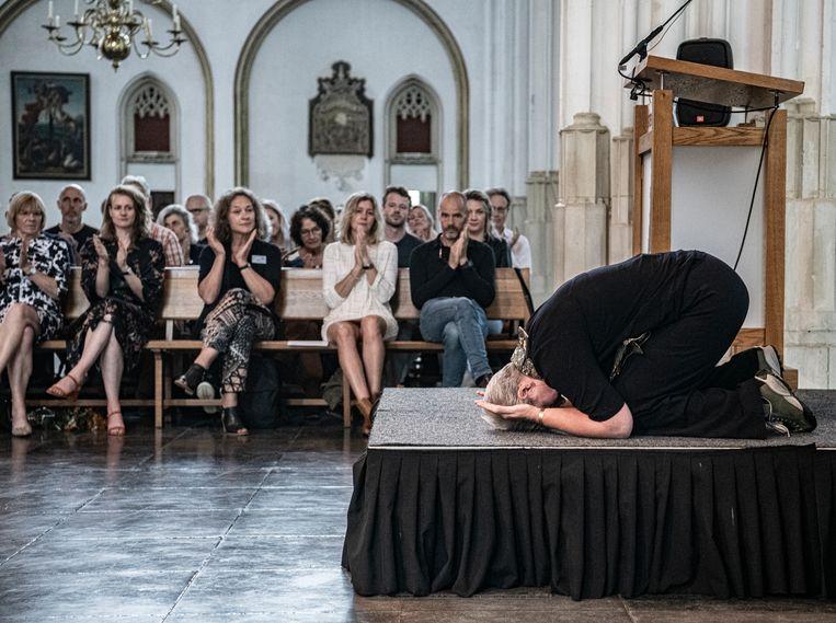 In de St. Stevenskerk in Nijmegen zijn gisteren tien zenmeesters benoemd. Floor Rikken op het podium na haar aanvaardingstoespraak.  Beeld Koen Verheijden