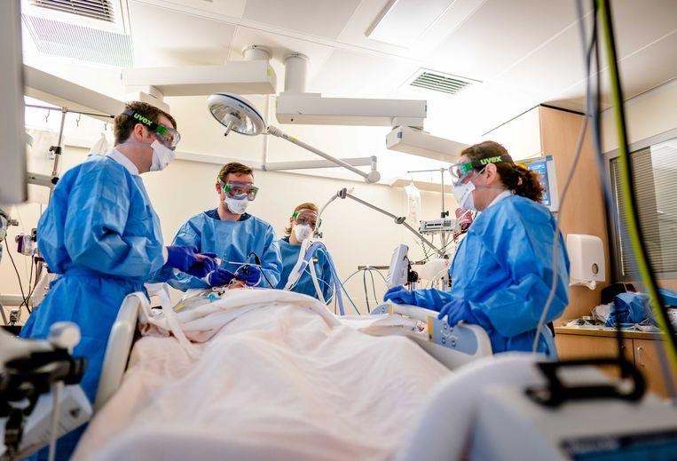 Medewerkers op de speciale corona-ic-afdeling in het Leids Universitair Medisch Centrum (LUMC). Beeld ANP