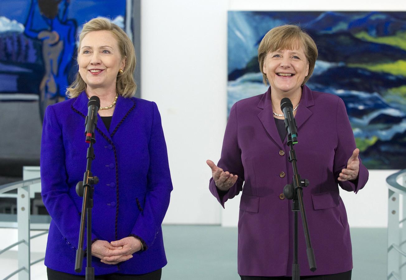 Hillary Clinton en Angela Merkel samen tijdens een persconferentie in Berlijn in 2011.