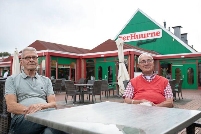 De broers Engbert Jan Wooldrik (links) en Henri Wooldrik kozen uiteindelijk voor een Nederlands kopje koffie.
