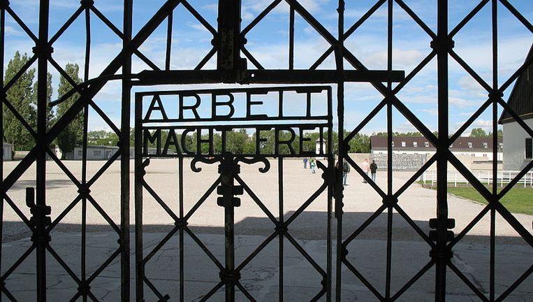 De beruchte toegangspoort van het concentratiekamp in Dachau. Beeld Wikimedia Commons/Andrew Bossi