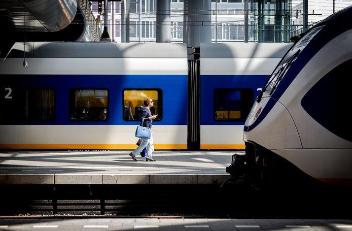 Een reiziger op Den Haag Centraal.