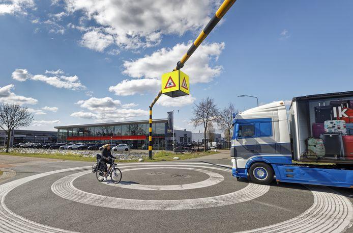Fietsers moeten goed opletten op het Waalwijkse bedrijventerrein Haven, zoals bij de kruising Havenweg en Kleiweg.