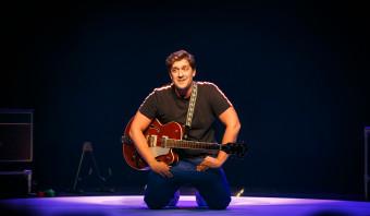 Verrassend muzikale Alex Ploeg lost cabaretbelofte ruimschoots in