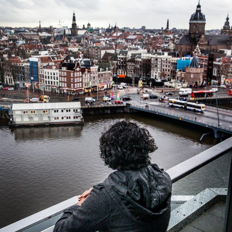 De Syriër Aziz al H. onherkenbaar in beeld, in Amsterdam. Hij werd tijdens een bezoek aan De Balie herkend door landgenoten.  Beeld Aurélie Geurts