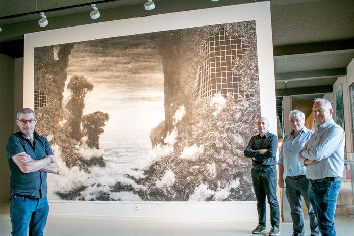 Kunstenaar Benny Luyckx (links), met een werk dat eerder dit jaar een permanente plaats kreeg in het museum SteM.