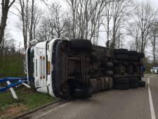 Vrachtwagen kantelt bij Rouveen; chauffeur gewond
