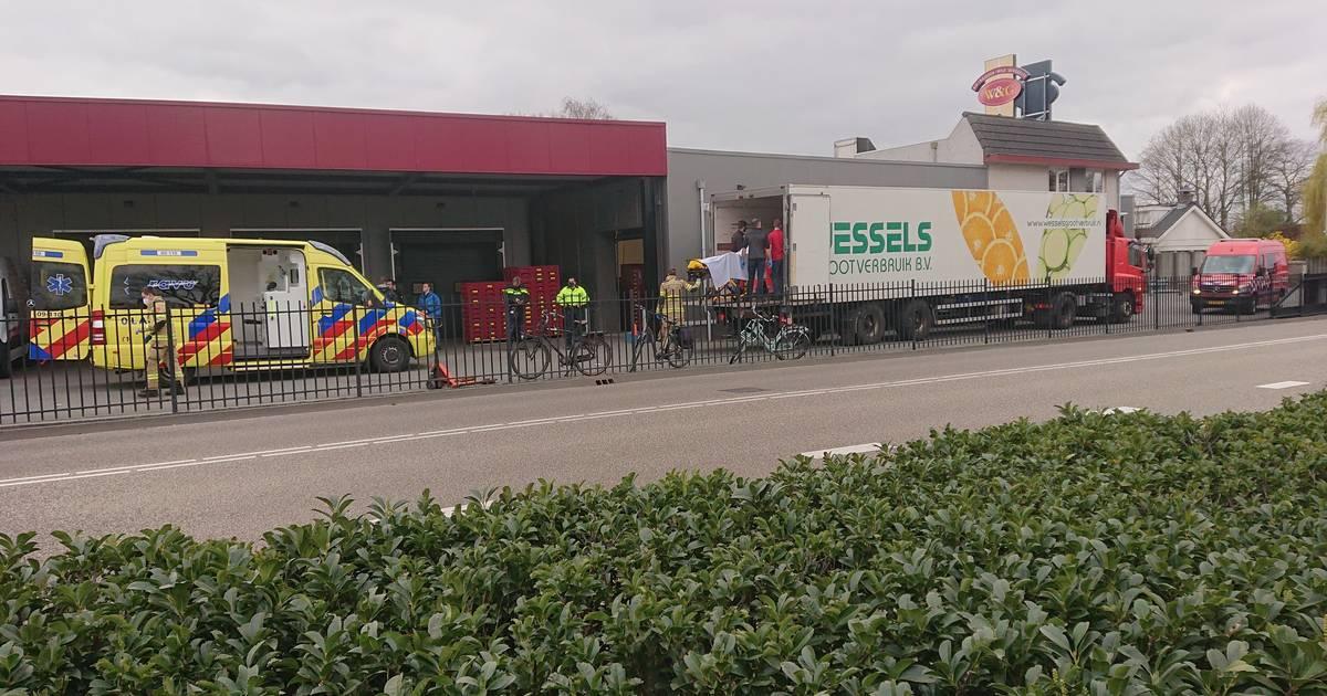 Persoon zwaargewond bij ongeval in vrachtwagentrailer De Klomp.