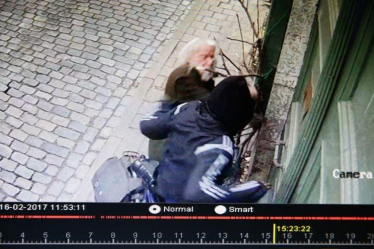 Camera's registreerden hoe de Gentenaar Hendrik (85) zware klappen kreeg. Omwille van zijn mening, die hij vrank verkondigde. Beeld rv