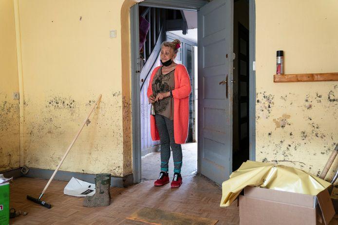 """Mireille staart naar haar lege benedenverdieping, waar de champignons intussen op de muren groeien. Overdag leeft ze op straat. """"Waar zou ik hier trouwens moeten zitten? Al mijn meubels zijn verwoest door het water"""""""