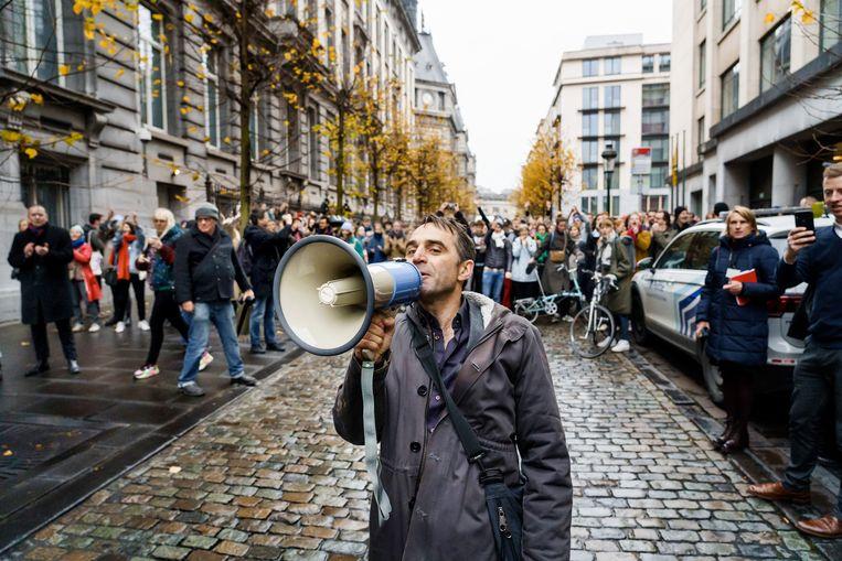 Michael Pas spreekt de massa toe aan het Vlaams Parlement. De cultuursector betoogde vorige week tegen de besparingen van de Vlaamse regering. Beeld Eric de Mildt