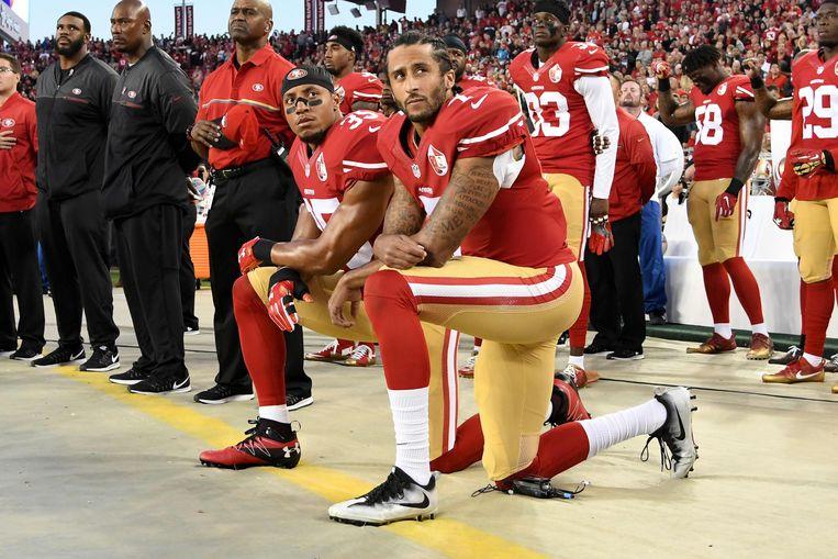 Colin Kaepernick en Eric Reid van de San Francisco 49ers knielden eerder dit jaar. En velen deden dat met hen.