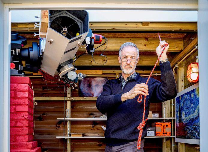 Rudy maakt het dak open, zodat zijn enorme zelf gebouwde telescoop door het open dak naar de hemel kan worden ingesteld.