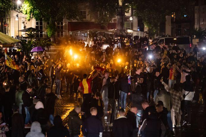 Aanhangers van GA Eagles vieren op de Brink promotie, die ook bij supporters thuis voor een enorme vreugde-explosie zorgden.