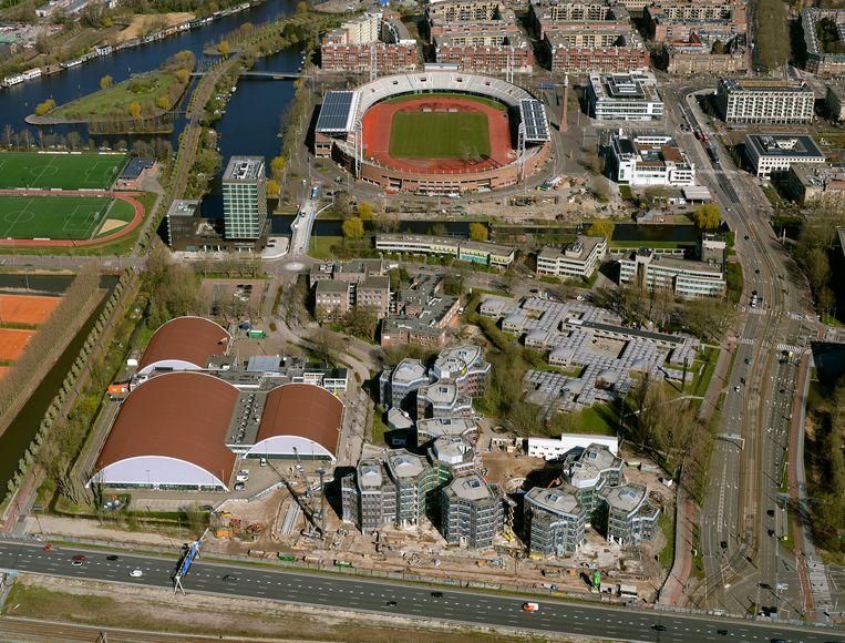 Sporthallen Zuid (links) verhuist om plek te maken voor woningen in de omgeving van het Olympisch Stadion. Het nieuwe sportcomplex gaat dienstdoen als geluidswal. Beeld Hollandse Hoogte / Nederlandse Freelancers