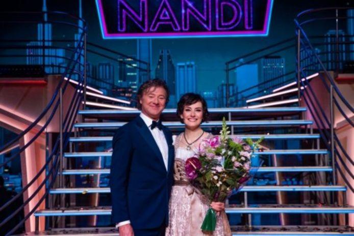 Nandi met presentator Frits Sissing.