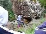 Tiener belandt onder rotsblok