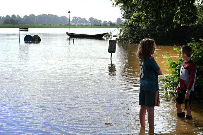 De weg naar het pontveer in Vierlingsbeek is grotendeels nog begaanbaar.