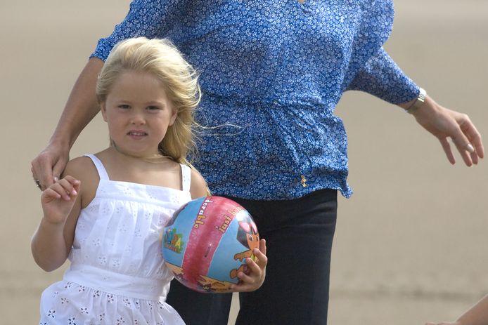 Prinses Amalia (5) in 2008 op het strand bij het natuurgebied Meijendel in Wassenaar.
