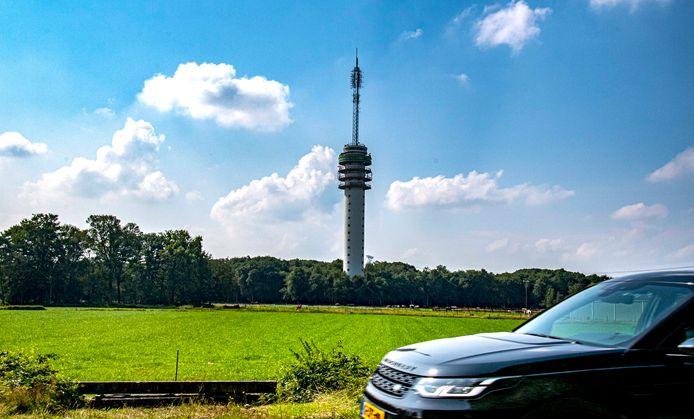 De Televisietoren van Loon op Zand vanaf de Udenhoutseweg. Bovenin, waar de antennemast begint, zit de 'Sky Lounge' van Hosting2GO.