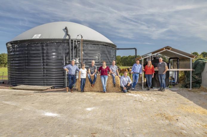 De boeren achter energiecoöperatie IJskoud in Noord Deurningen. Ze vergisten de koeienmest op eigen erf, waarna het geproduceerde biogas via een speciaal netwerk naar het industrieterrein in Denekamp wordt getransporteerd.
