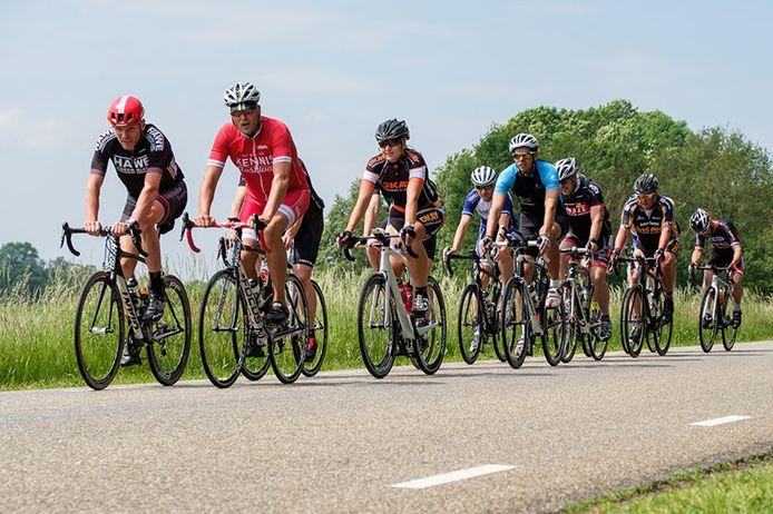 In groepen doorkruisen zo'n tachtig Vechtdal Business Riders vrijdag de regio rond Hardenberg voor het goede doel.