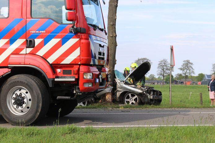 De brandweer moest de gewonde uit de gecrashte auto redden in Lunteren.