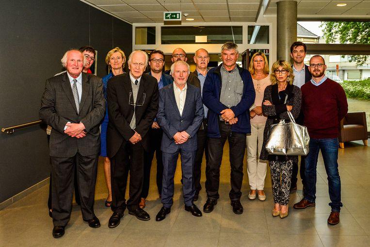 Drie jaar geleden werd dokter Jan D'Hoore (vooraan tweede van links) samen met enkele gepensioneerde personeelsleden gehuldigd door het OCMW.