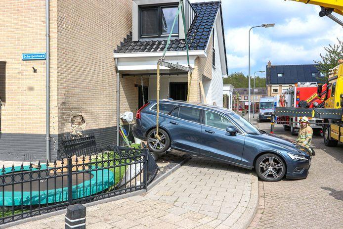Flink schrikken vanochtend op Urk, toen een auto die nog in de achteruit stond tegen het eigen huis van de automobilist tot stilstand kwam.