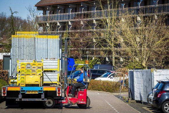 De voorbereidingen aan het Van der Valk-hotel in het Nederlands-Limburgse Urmond-Stein zijn volop bezig.