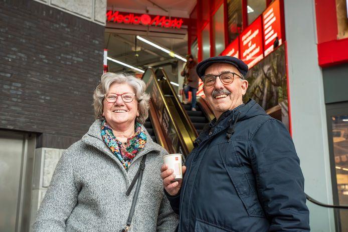 Leny en Bas Schot winkelen in Bergen op Zoom en geven hun mening over het vertrek van de Mediamarkt uit het centrum, naar De Zeeland.