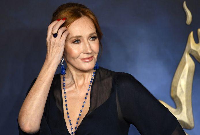 J.K. Rowling oogst een storm aan kritiek nadat ze in een tweet suggereerde dat 'mensen die menstrueren' eigenlijk synoniem is voor 'vrouw'. Dat ze daarmee voorbijgaat aan transmannen die ook kunnen menstrueren, wordt haar aangerekend.
