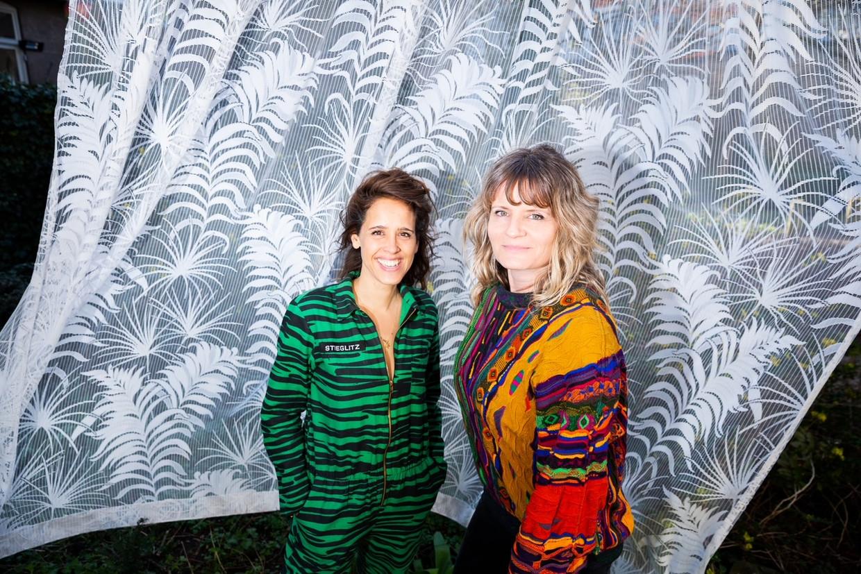 Reclamemakers Kiona de Vries (links) en Geerke Catshoek. 'Je herkent jezelf gewoon nooit in zulke commercials.' Beeld Marieke de Bra