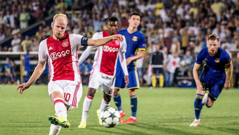 Ajax speler Davy Klaassen scoort de eretreffer de uit een strafschop in de Champions League Play-offs tussen FC Rostov en Ajax. Beeld anp