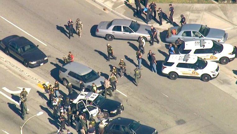 De politie is massaal afgezakt naar de North Park Elementary School, in San Bernardino. Beeld Twitter