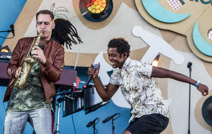 Typhoon (Glenn de Randamie) tijdens zijn optreden op strandfestival Zand.