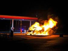 Dodelijk slachtoffer bij brand bestelbus voor tankstation tussen Nijkerk en Zeewolde