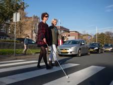 Kampenaren steken 'blind' over op Dag van de Witte Stok: 'Ik heb het overleefd'