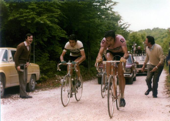 Eddy Merckx (r) in duel met Felice Gimondi in de Giro van 1974.