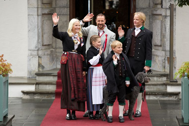 Kroonprinses Mette-Marit met kroonprins Haakon van Noorwegen, samen met hun kinderen Ingrid Alexandra, Sverre Magnus en Marius Hoiby op de Noorse nationale feestdag op 17 mei 2015 Beeld Getty Images
