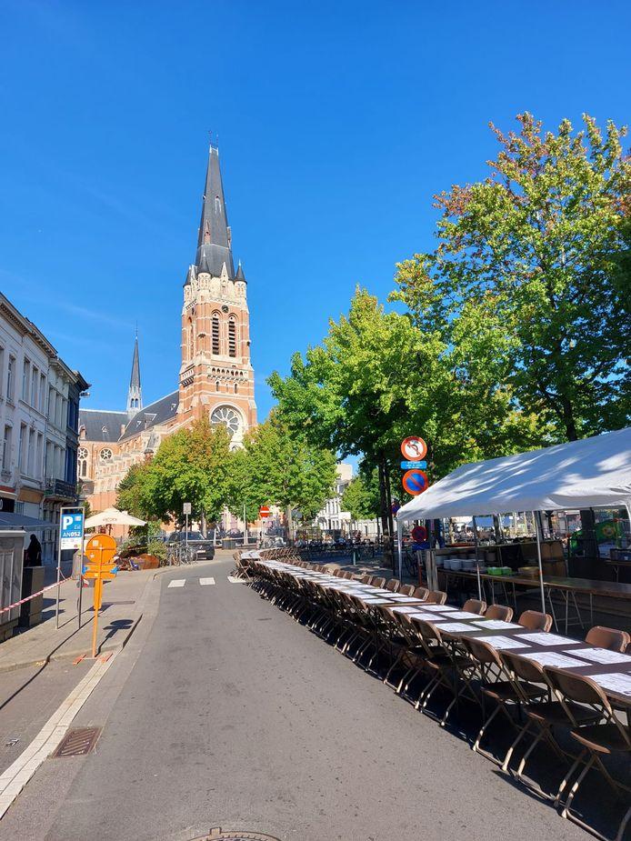 Aan de 'Langste Lekkerste Wijktafel' tafelden 400 buren voor een heus diner.